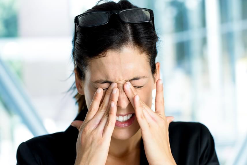 Bár a szem számos ok miatt begyulladhat, legyen szó számítógépes munkáról, túlerőltetésről, fertőzésről vagy épp a helytelen kontaktlencse-viselésről, a probléma gyakori kiújulása gócra is utalhat.
