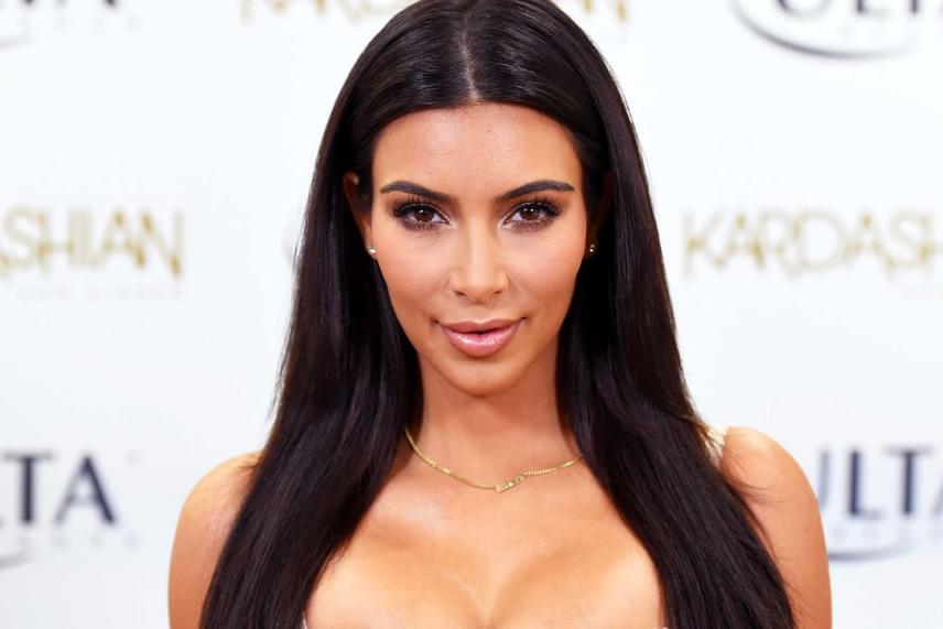 Nem sokkal maradt el mögötte Kim Kardashian 91,35%-ban tökéletes arca. Nézd meg, hogyan emeli ki sminkkel a legjobb vonásait a híresség!