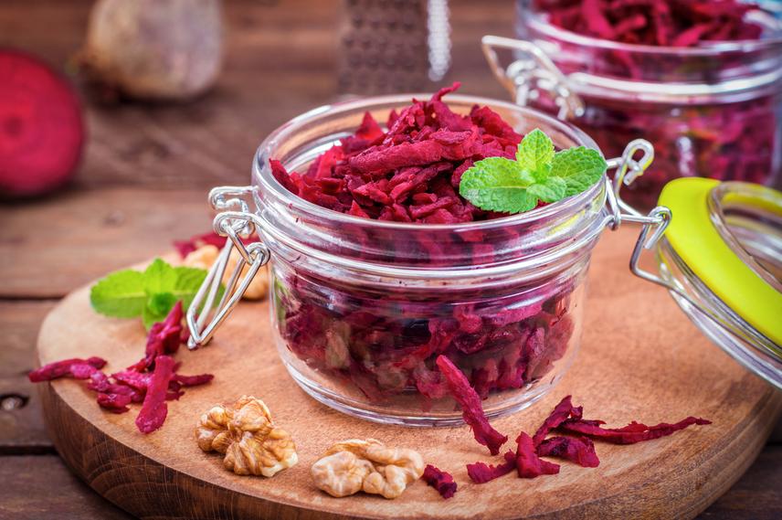 A céklában olyan speciális növényi rost van, amely nemcsak az emésztésre van jó hatással, hanem méregtelenít is. Ez a pektin, amit hatásos rákellenes növényi vegyületként tartanak számon. A jellegzetes színű zöldséget tisztítókúraként szokták ajánlani daganatos betegeknek a dietetikusok. A céklát szupernövénykéntis emlegetik, mert megtisztítja a gyomrot a toxikus anyagoktól. A számtalan vitamin, nyomelem és ásványi anyag, ami benne van, a legjobb védőpajzs az influenzás időszakban.