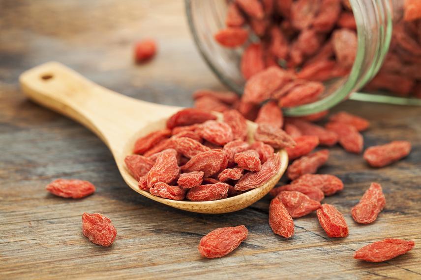 A goji bogyó fogyasztása a reneszánszát éli itthon is. Top gyümölcsnek számít a C-vitamin-tartalom terén, emiatt erősen támogatja az immunháztartást. A benne található antioxidánsok és poliszacharidok a káros szabad gyökök elburjánzásától védik meg a szervezetet. Kálium- és aminosav-tartalma könnyebbé teszi az emésztést és egyensúlyban tartja a vízháztartást. Sejtfiatalító hatását pedig Keleten évszázadok óta bizonyítja a hagyományos orvoslás is.
