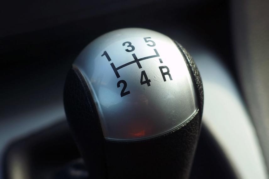 A sebváltón elhelyezkedő sebességekre gondoltak a rejtvény készítői.