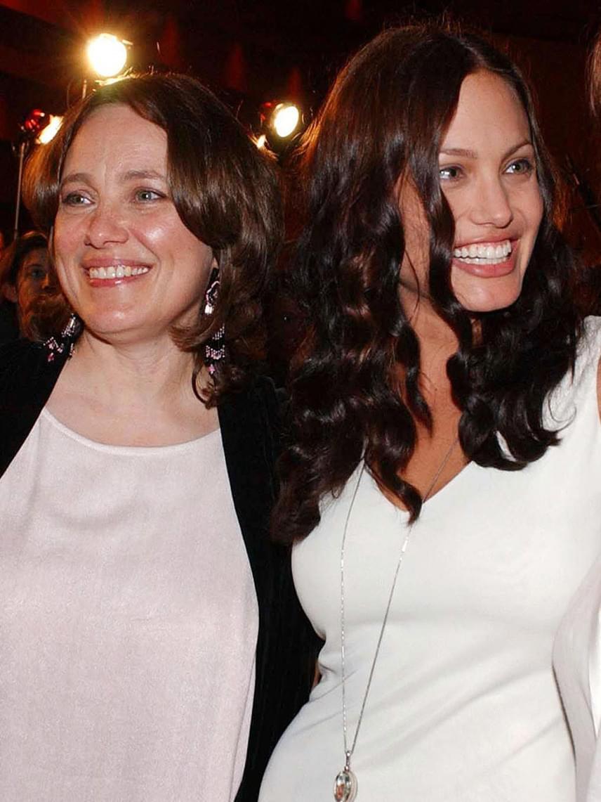 Angelina Jolie édesanyja, Marcheline Bertrand is a rák áldozata lett: 2007-ben, 56 évesen hunyt el, miután évekig küzdött a gyilkos kórral.