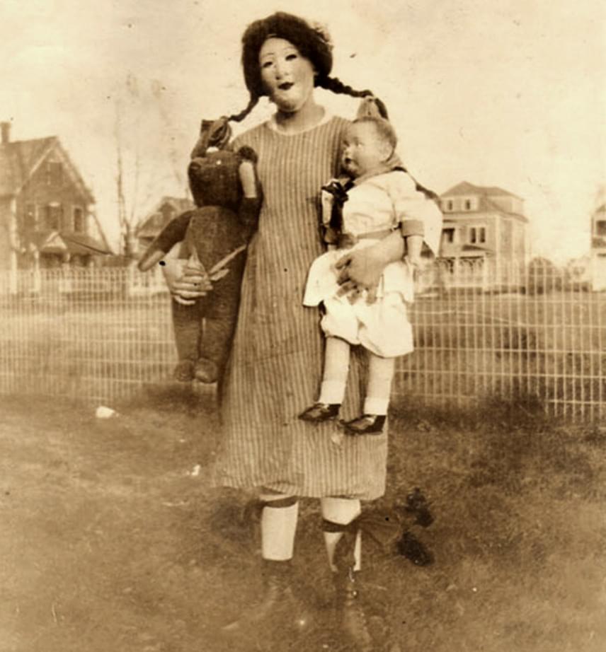 Régen a halloweeni jelmez gyakran kimerült egy egyszerű, ám annál félelmetesebb maszkban és néhány bizarr kiegészítőben.