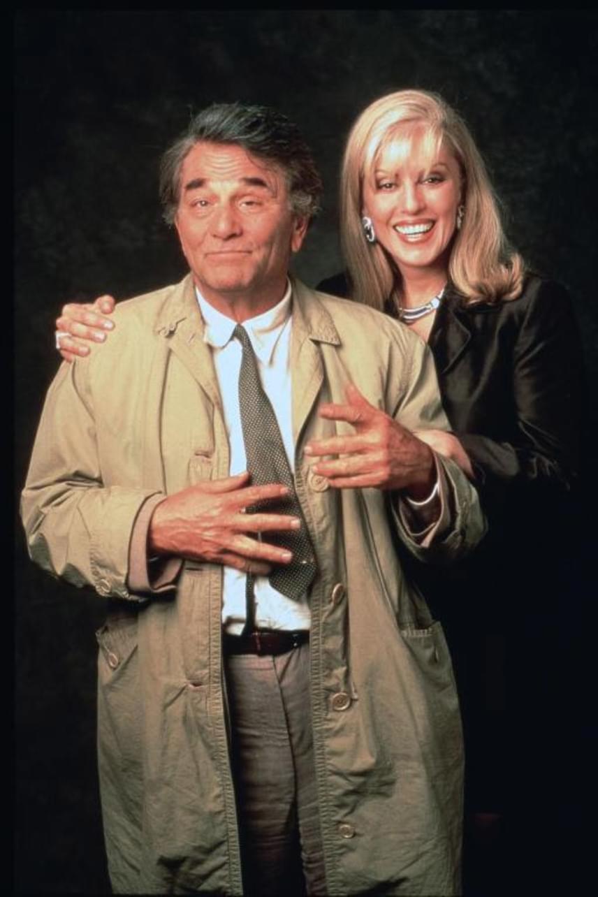 Shera Danese a sorozat számos epizódjában feltűnt, kisebb mellékszerepben. Ironikus, hogy egy világ találgatta, milyen lehet Columbo felesége, miközben végig ott volt a szemünk előtt.