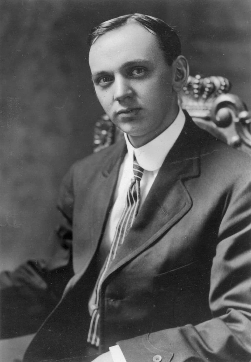 Edgar Cayce (1877-1945)Az amerikai tisztánlátó 13 éves korára már 12-szer olvasta a Bibliát, ekkor látomása volt egy hölgyről, aki azt mondta neki, imái meghallgattatnak: a kis Edgar a beteg gyerekeken akart segíteni kérése szerint. Könyvárus, majd fotográfus lett. Jövendöléseit hipnotikus álomban tette, azokat gyorsíró jegyzetelte le. Beszélt az esszénusokról - a róluk mondottakat a halála után két évvel felfedezett holt-tengeri tekercsek bizonyították. 2012-re, a maja naptár szerinti világvégére Atlantisz kiemelkedését jövendölte, ám ez nem következett be. A jövőre nézve az országok kiegyenlítődését jósolta, Amerika és Oroszország összefogásában pedig egy jobb világ eljövetelét jövendölte.