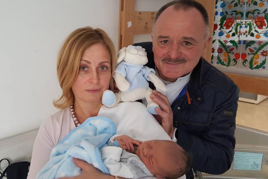 Nagy Feró és Ágnes ma már nagyszülők, idősebb fiuk, Botond közel két héttel ezelőtt vált apává. A kis Patrik Dominik bearanyozza a nagypapa és nagymama életét is.