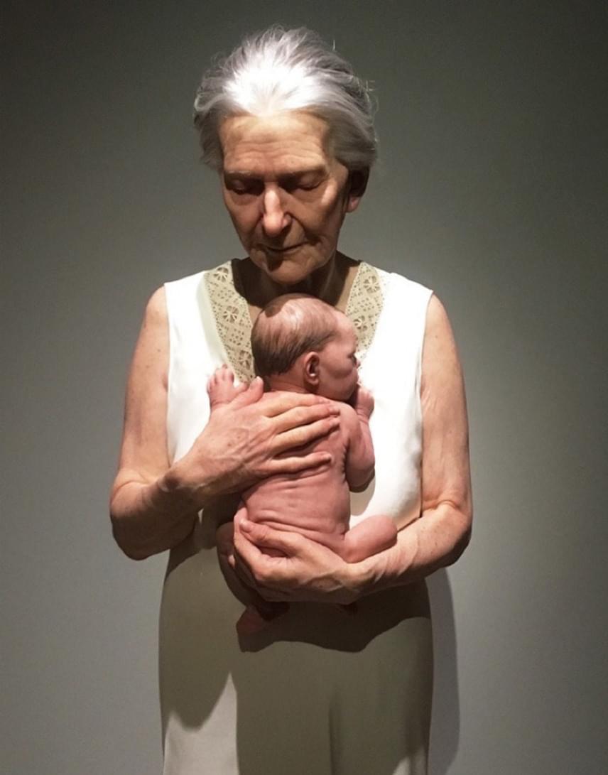 A kiállítás darabjai közül az idős nagymamát és újszülött unokáját megformáló szobor lett a legkedveltebb az interneten.