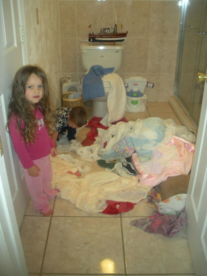 A szennyeskosár tüsszentett egyet, és huss - minden ruha szerteszét repült. Gyanús, hogy nem így történt.