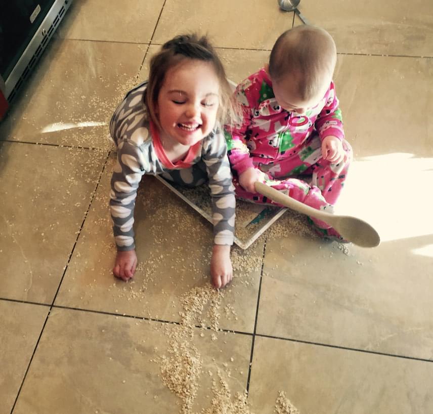 Zabpelyhet enni egészséges, de zabpelyhet szedni a konyhapadlóról árt az idegrendszernek - gondolhatta magában a szülő, amikor a seprűt ragadott.