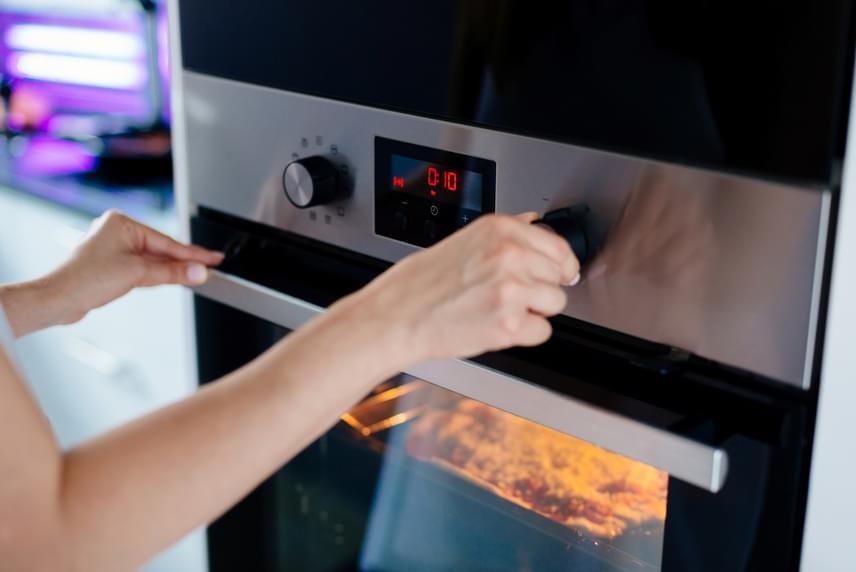 Nagyon nagy segítség a konyhában egy modern elektromos tűzhely, amely rendelkezik öntisztító funkcióval is. Az aranyszabály azonban az, hogy ezt sohasem tanácsos közvetlenül a sütés előtt elindítani. Ugyanígy az sem jó, ha a forró sütő belsejébe víz kerül, hiszen a zománcbevonatot gyorsan tönkreteszi.