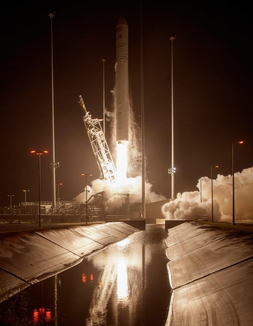 Az Amerikai Országos Repülésügyi és Űrkutatási Hivatal, a NASA által közreadott felvételen a levegőbe emelkedik az Orbital Sciences amerikai magántársaság Cygnus teherűrhajója egy Antares-230 hordozórakétával a NASA űrközpontjában, a Virginia állambeli Wallops-szigeten 2016. október 17-én.