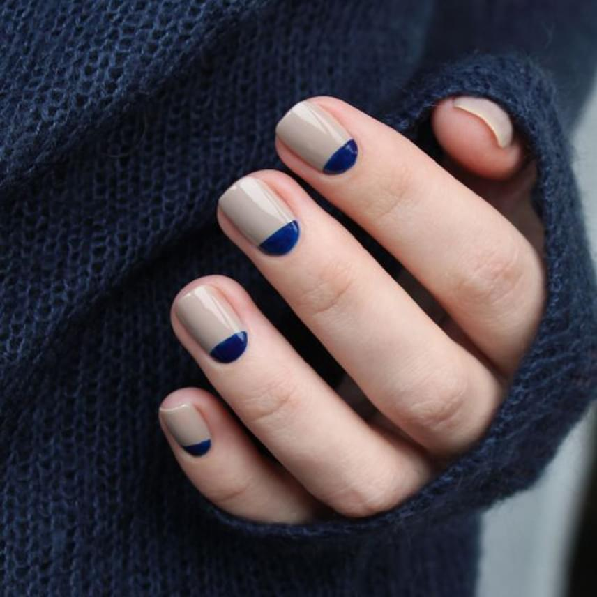 A nude lakkot látványosan kombinálhatod egy másik, kedvenc színeddel a képen látható módon. Ha nem vagy benne biztos, hogy szépen le tudod festeni a körömágy feletti részt, először fesd fel a nude színt az egész körmödre, várd meg, amíg megszárad, aztán ragassz fölé celluxot sablonnak, így a felesleges kék festéket egyszerűen lehúzhatod.