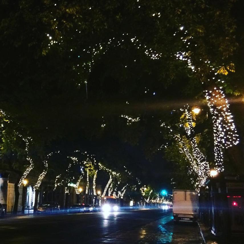 A sötétedés után kigyúló fények már most ünnepi hangulatot csempésznek a sugárút járókelőinek szívébe.