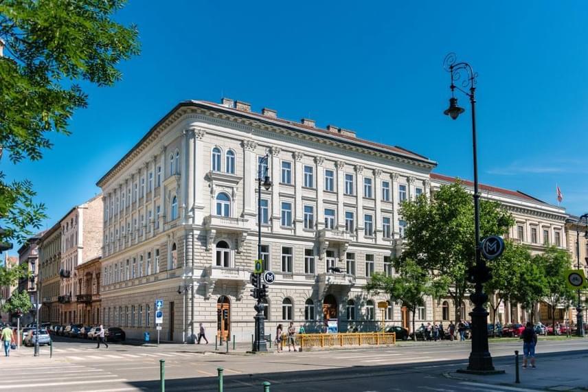 Az Andrássy úton, közvetlenül a kisföldalatti Vörösmarty úti megállója mellett található, az 1890-es években, neoklasszikus és klasszikus stílusban épült, 3 ezer négyzetméteres A66-ot a WING a műemlékvédelmi előírásoknak, ugyanakkor a progresszív bérlői igényeknek is megfelelően újította fel. A külső homlokzatokat és a menthető mennyezeti freskókat korhű módon hozatták helyre, ahol a tervezésben főszerepet vállalt az MD Stúdió és vezető tervezője, Szalay Tihamér.