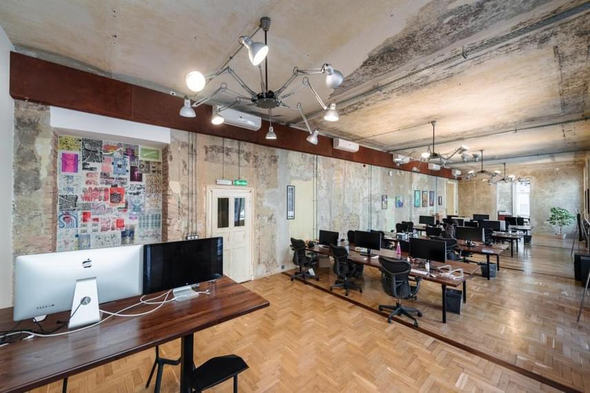 A belsőépítészet viszont a megrendelő egyedi ízlését tükrözi, és leginkább a budapesti romkocsmák hangulatához hasonítható. A kialakítást a Brody House Group végezte az angol William Clothier vezetésével. Véleménye szerint az épület Budapest egyedi színfoltja lett, hiszen egyetlen más irodaépület történelmét sem érzékeltetik ilyen építészeti megoldásokkal.