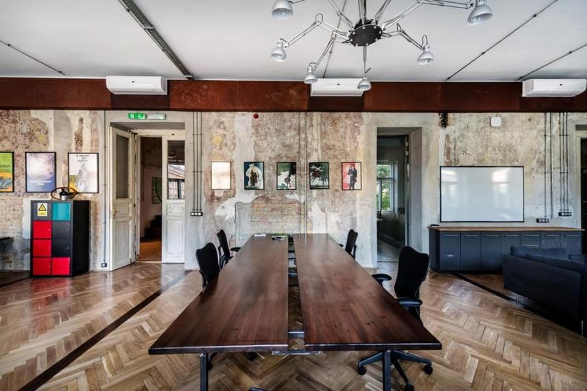 A cél az volt, hogy különleges hangulatú, inspiráló co-working munkahelyet teremtsenek egyterű irodákkal, tárgyalókkal, munkahelyként is funkcionáló étkezővel és társalgóval. A berendezést és a felszereltséget a minőség és a legmodernebb technológiák jellemzik. Ugyanakkor láthatóak az egyes történelmi korok felületei és az eredeti tartógerendák, köszönhetően annak a technikának, hogy a falak többször felülfestett rétegeit rétegenként eltérően kaparták le.