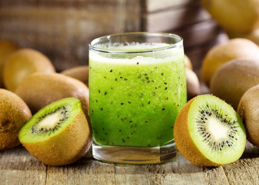 A kivi nagyon erőteljes C-vitamin-forrás, mely antioxidáns segít, hogy a bőröd tovább maradjon ragyogó és ránctalan. Emellett a gyümölcs rostjai tisztítják a bélrendszert, sőt, B6-, E- és K-vitamint is viszel be vele. Turmixolj le három-öt érett kivit, és ízesítsd mentával, citromlével az italt, így az savanykás ízével serkenti az emésztést, és hosszan csökkenti az étvágyadat.