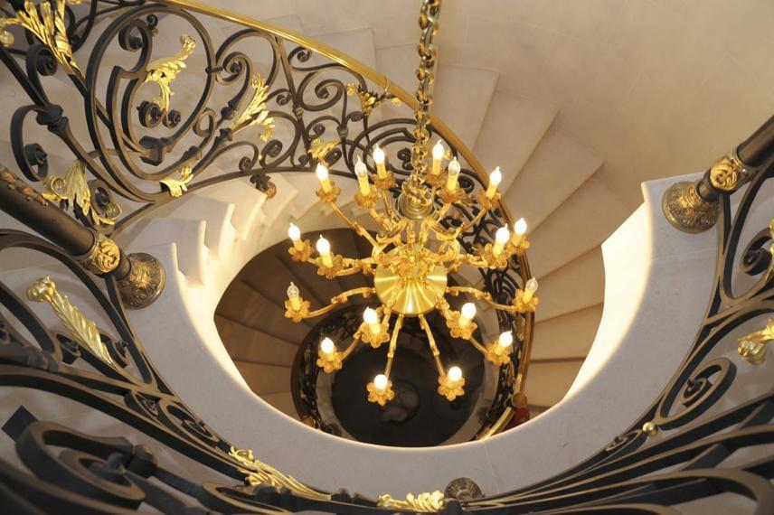 A ház belső terei és helyiségei is káprázatos eleganciáról árulkodnak.