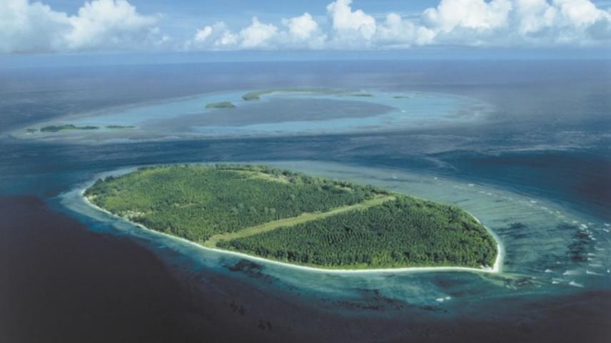 Liliane Bettencourt azonban nemcsak francia birtokokkal rendelkezik, 1998-ban például potom 18 millió dollárért megvásárolta a Seychelle-szigetek részét képező D'Arros szigetét egy iráni hercegtől. A szigetet 2012-ben adták el 60 millió dollárért.