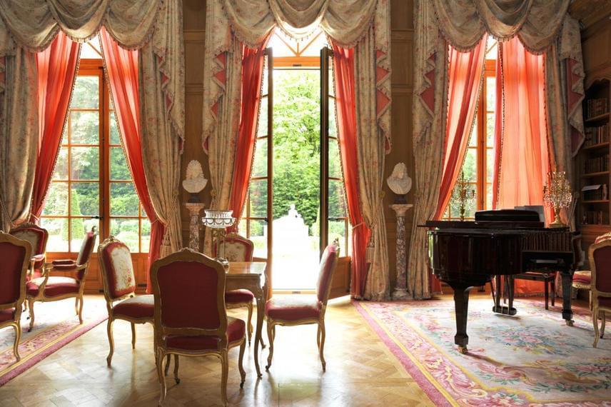 A szalon szintén antik bútorokkal van tele, a rend és az elegancia meghatározó a berendezésben, és a kilátás is nyugtatóan hat az ott tartózkodókra.