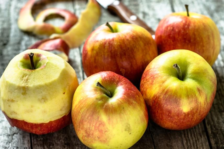 Szerencsére Magyarországon nem kell messzire menni az almáért, az import verzióval azonban vigyázz, szintén előkelő helyen szerepel ugyanis a listán. Természetesen mindez nem azt jelenti, hogy kerülni kellene az alma héjának vagy magának az almának az elfogyasztását, fontos azonban figyelni arra, hogy lehetőleg vegyszermentes, bioverziót válassz.