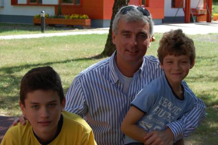 Szellő István két nagyobbik fiával, Andrással - balra - és Ádámmal, hét évvel ezelőtt. A két fiú szerint ma már inkább baráti apjukkal a viszony, sőt, még magánügyeiket is gyakorta megbeszélik egymással.