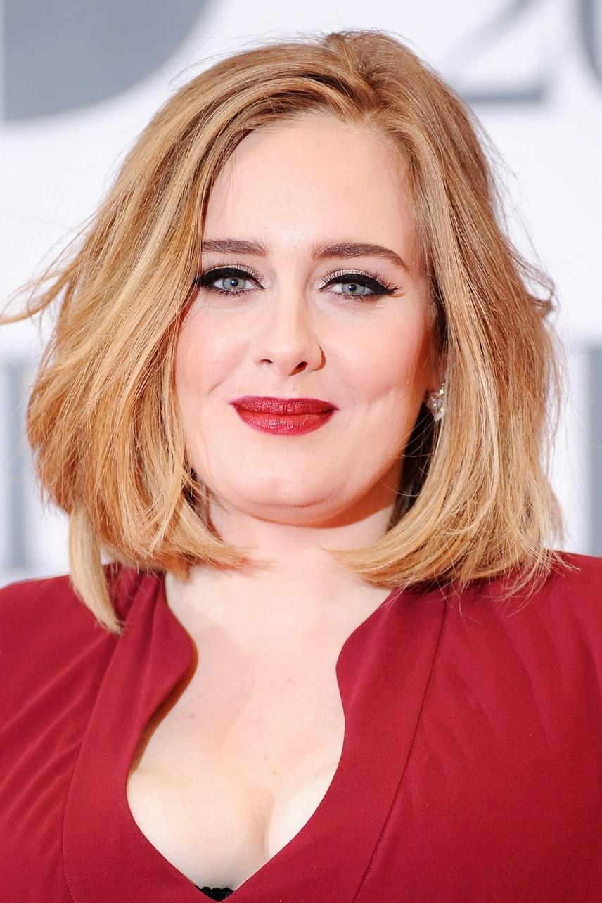 Adele örök védjegye marad a cicaszem. A legegyszerűbb úgy elkészíteni, ha egy világosabb, hegyes szemceruzával szaggatottan meghúzod a vonal keretét úgy, hogy kifelé vastagodjon. A szem külső sarkánál rajzolj egy plusz vonalkát, hogy kicsit túlfusson. Ha ezt mindkét szemeden megcsináltad, és optikailag szimmetrikus, kösd össze fekete szemhéjtussal a szaggatott vonalakat. A szem külső sarkánál tovább húzott vonalka külső végével kösd össze, így hegyesen fog végződni.