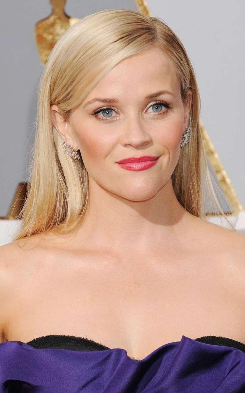 Reese Witherspoon a rózsás pírral szereti kiemelni a sminkjét. A rózsás pirosító használatánál tudnod kell, hogy csak a nevetőpárnácskákra szabad felvinni, különben rombolja az összhatást. Előtte használj alapozót és egy nagyon vékony réteg púdert, majd a smink utolsó lépéseként vidd fel az arcpirosítót, de azt is csak egy, maximum két rétegben! Nem szabad erősnek lennie, hogy természetesnek hasson.