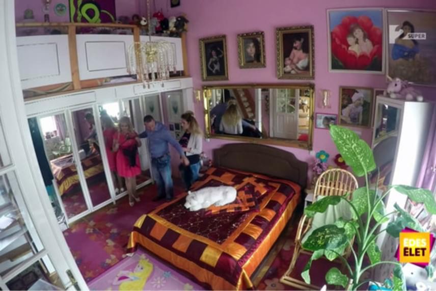 Pink színű fal, hatalmas aranyozott csillár és tükör, egy franciágy, illetve rengeteg bekeretezett fotó kapott helyet Kiszel Tünde hálószobájában.