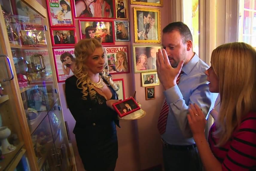Kiszel Tünde büszkén mutatta meg Alekosznak és Baukó Évának dicsőségfalát, amelyen fiatalkori fotói mellett számos világsztárral készült közös kép is látható, így például Sylvester Stallone, Gina Lollobrigida vagy Richard Clayderman is pózolt a dívával.