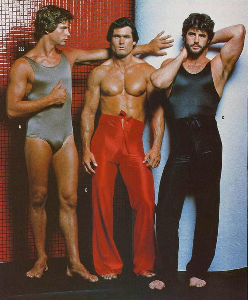 Feszülős body, fényes trapéznadrág és ezek kombinációja: és még azt mondják, hogy mostanában öltözködnek nőiesen a fiúk.