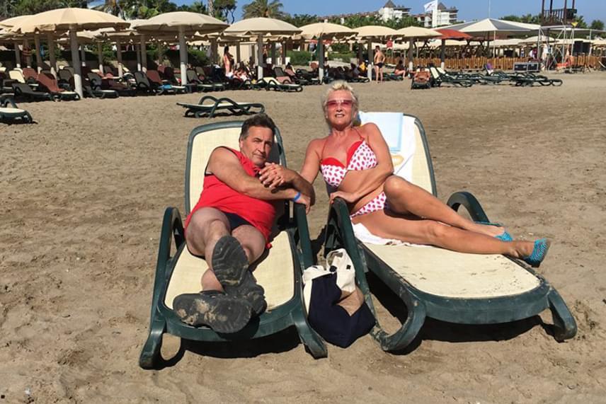 Karda Bea több évtizedet várt arra, hogy olyan mesés nászútja legyen, amelyről mindig is álmodott. Párjával, Lacival a forró homokos török tengerparton sütkérezett, erről pedig bikinis fotót is posztolt.