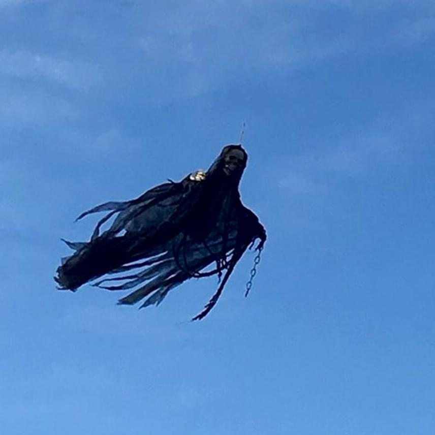 Ez a látvány fogadta a wisconsini Peshtigo lakóit a minap, amikor felnéztek: egy fekete köpenyes dementor suhant át a napfényes égbolton.