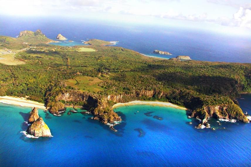 A szigetcsoport nevét a legnagyobb egybefüggő szárazföldről, Fernando de Noronháról kapta, mely mintegy tíz kilométer hosszú, és önmagában az együttes területének 91%-át adja. A sziget pazar látványt nyújt a levegőből, ahonnan helikopterről nézhető meg.
