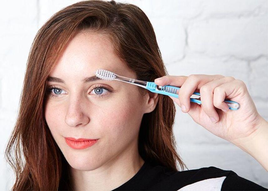 Az agyonzilált szemöldök karbantartására és formára fésülésére tökéletesen megfelel a fogkeféd. Ha szeretnéd csábosan dússá, ugyanakkor rendezetté tenni, vagy megemelni a szempillaspirál által felkent festékréteget, megint csak frappánsan használhatod rá a fogkefét.