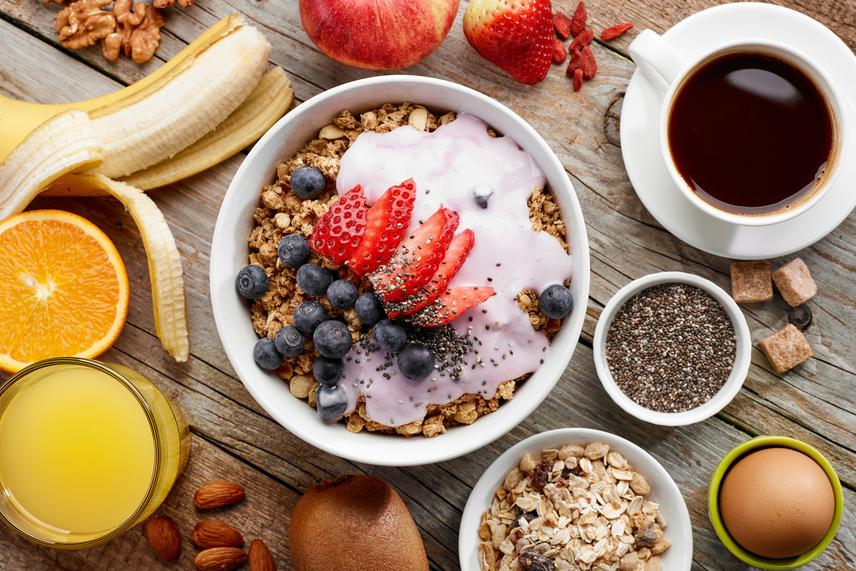 A reggeli a fogyókúra legfontosabb étkezése, hiszen egész napra meghatározhatja az éhségszint alakulását. Érdemes ilyenkor magas rosttartalmú táplálékokkal indítani, például zabpehellyel, chiamaggal vagy teljes kiőrlésű gabonafélékkel, sőt, a gyümölcsök is jól illenek a képbe. Egészítsd ki őket némi egészséges zsírral magvakból, illetve egy fehérjével valamilyen tejtermékből, és arról is gondoskodhatsz, hogy energikus maradj délelőtt.