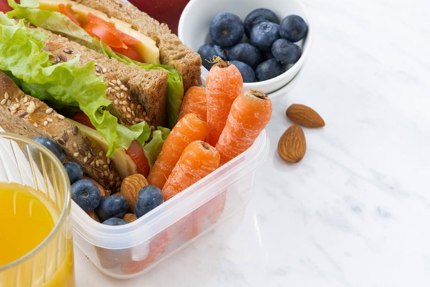A köztes étkezések során helyezz nagy hangsúlyt a zöldségekre és gyümölcsökre, amelyeket szinte korlátlan mennyiségben fogyaszthatsz a nap folyamán. Emellett egy kevés teljes kiőrlésű gabonaféle, színhúsok, magvak kerüljenek az uzsonnásdobozba.