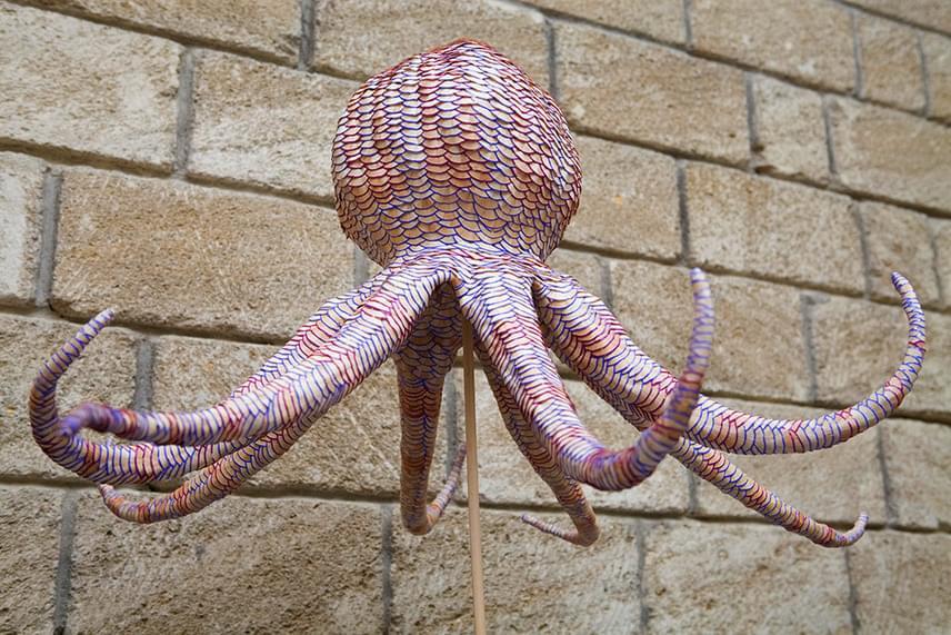 Jennifer Maestre főként állatokat, virágokat és nonfiguratív alakokat formáz ceruzákból.