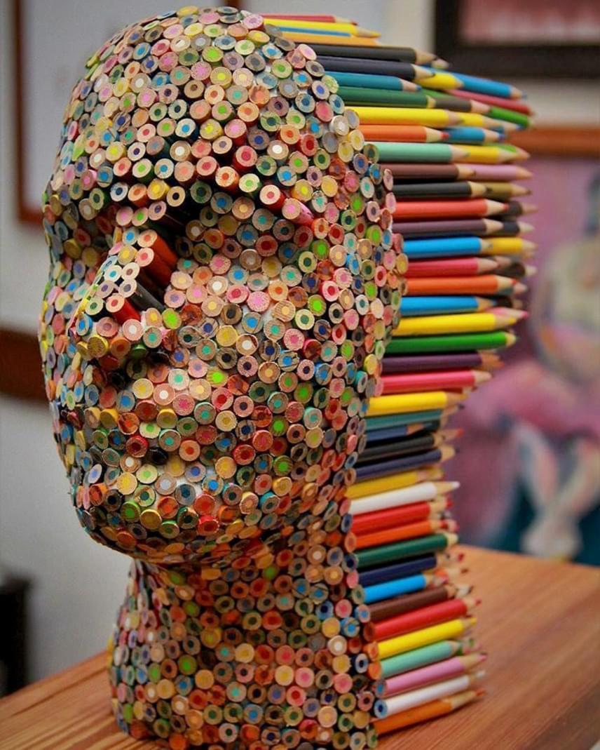 Molly Gambardella nemrég egy teljes emberi arcot készített színes ceruzákból. A szobor neve Színvakság.