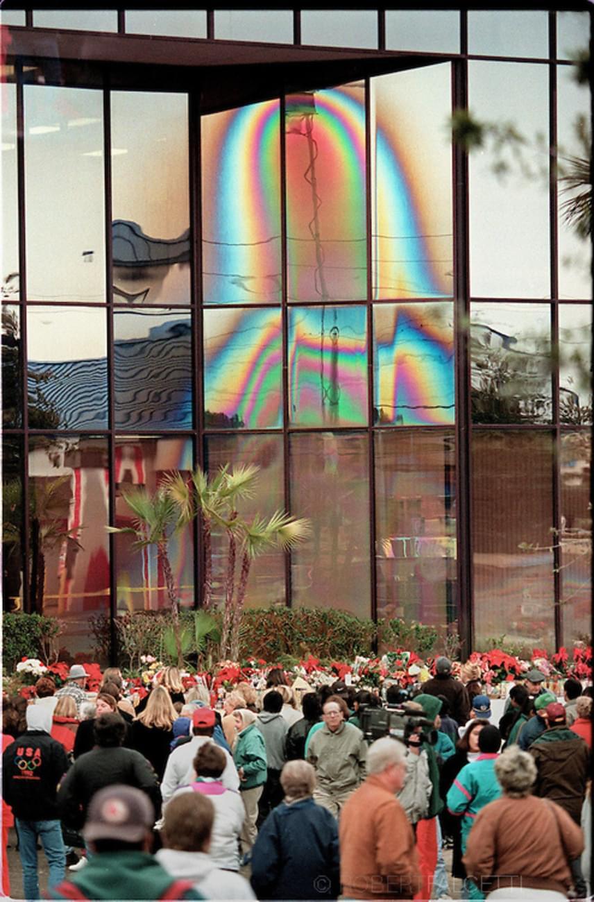 Szűz Mária körvonalai rajzolódtak ki egy ivóvíz-palackozó üzem floridai irodaházának ablakain. Az eset nemcsak nagy médiafigyelmet kapott, de zarándokok és turisták tömegeit vonzotta oda, akik szerették volna megcsodálni a jelenésnek vélt vonalakat.