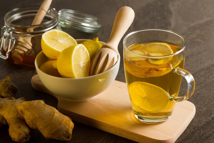 A citrom különösen forró vízben kiáztatva nagyon képes felpörgetni az emésztést, míg a gyömbér nyugtatja a hasadat. Ha igazán gyors megoldásra vágysz, egy fél teáskanál gyömbérport vagy másfél centi apróra vágott gyömbért, valamint egy fél felkarikázott citromot forrázz le, és fogyaszd el melegen az italt.