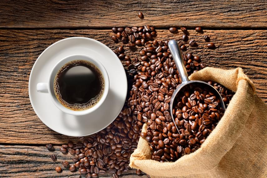 Ha nem az esti órákban puffadsz, nagyon gyors megoldást jelent, ha egy erős, koffeintartalmú itallal, például kávéval pörgeted fel az anyagcserédet. A kávé sokakra hat enyhe hashajtóként, hiszen stimulálja a vastagbél izmait, így könnyebben oldódik meg a probléma.
