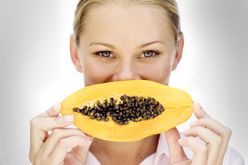 Eszegess meg egy papaját! Ugyan ez az egzotikus gyümölcs nem tartozik a legolcsóbb megoldások közé, mégis az egyik legegészségesebb. A benne található rostok tisztítják a bélrendszert, míg a gyümölcshússal olyan enzimeket viszel be, amik segítik a fehérjék lebontását, így gyorsabban jön majd a megkönnyebbülés.