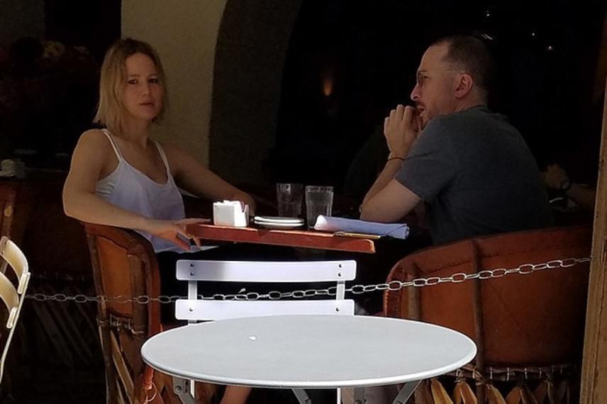 Egy romantikus vacsorán kapták le a szerelmeseket a lesifotósok, akik láthatóan nagyon felszabadultan viselkedtek egymás társaságában.