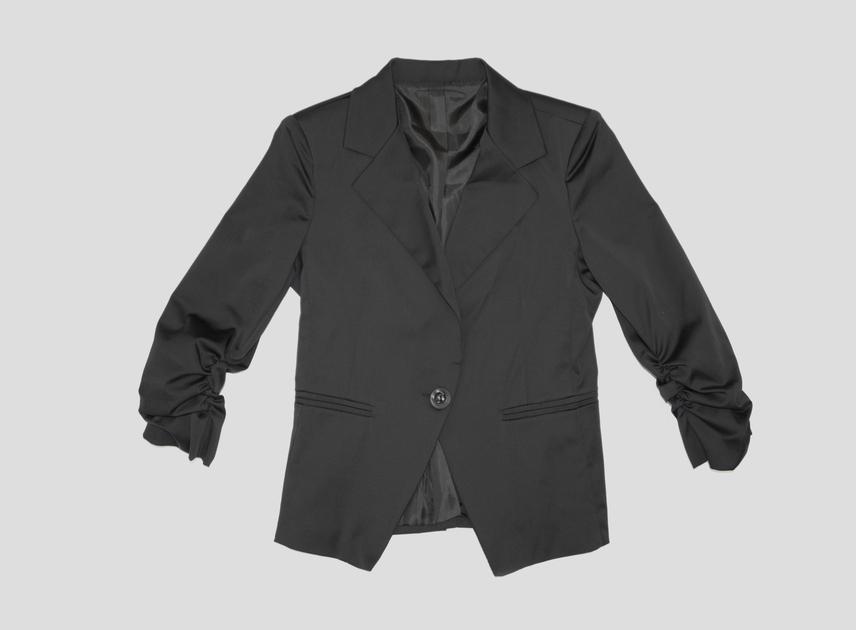 Az alak slankítására egyébként a sötét színű ruhadarabok a legalkalmasabbak, főleg, ha mély V-dekoltázst mutatnak. A középen gombbal összehúzott blézerek alapból karcsúsítják az alakot, tehát szinte bármilyen alkatú hölgy felveheti. A fekete blézer másik előnye, hogy gyakorlatilag bármivel viselhető, így minden nő ruhatárának része kell, hogy legyen.Ezt a blézert már 5000 forintért megtalálod az AsiaCenterben.