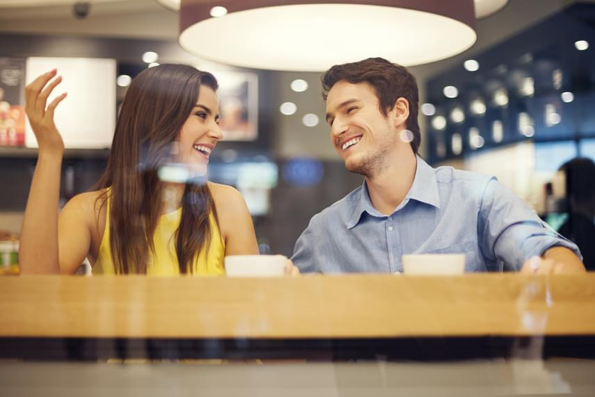 Talán furcsán hangzik, de egy férfi számára akkor marad igazán emlékezetes egy randevú, ha közben a nő nem feledkezik meg róla. Bár sokakra igaz, hogy zavarukban nem tudnak odafigyelni arra, hogy ne beszéljék túl partnerüket, néhány őszintén feltett, érdeklődő kérdés az egész randevút előrelendítheti.