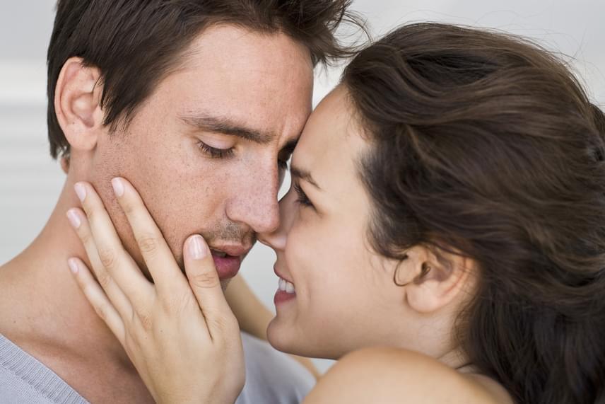 A férfiak szerint azonban igazán vonzóvá épp a legnyilvánvalóbb kritérium teszi a nőt: a szerelem. Ha a társuk ragyog, amikor rájuk néz, és a mindennapokban érezteti velük érzelmeit, azért a világ végéig elmennének. És bár azt százszor megtudtuk már, hogy nem jó út, ha a nő szánt szándékkal meg akar változtatni egy férfit, ők mégis úgy vallják: egy igazán jó nő mellett kényszer nélkül úgy érzik, jobb emberré akarnak válni.