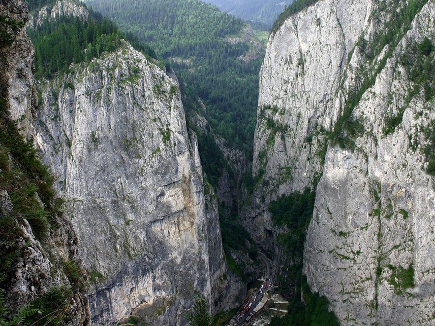 Erdélyben nem a Tordai-hasadék az egyetlen lélegzetelállító sziklarendszer. A Gyilkos-tó közelében húzódó Békás-szoros például egy tektonikus eredetű szurdokvölgy: a meredek és látványos sziklák aljában pedig lenyűgöző természetességgel kacskaringóznak az utak.