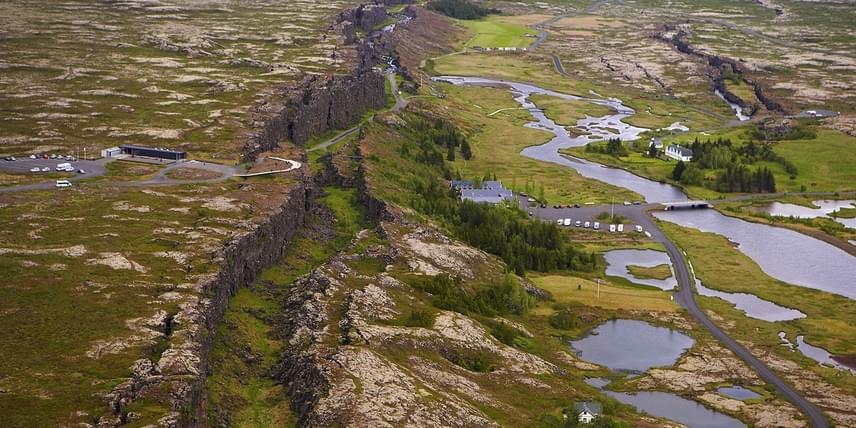 Izland temérdek emlékezetes látnivalóval kecsegteti a szigetországba lépőket. AÞingvellir avagy Thingvellir Nemzeti Park területén szemtanúi lehetnek a bolygó állandó változásának: ezen a területen található ugyanis a senki földjének is nevezett törésvonal, melynek mentén az amerikai lemez távolodik az eurázsiaitól. A változás ráadásul nyomon is követhető, a tágulás ugyanis évente meghaladja akét centimétert is.
