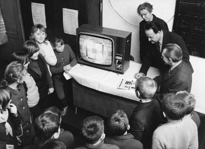 A legelső televíziók bekerültek az iskolákban, ahol kollektíven lehetett nézni, és bemutatták a működését technikaórán.